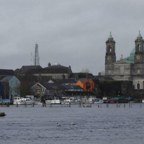 Río Shannon con vistas a la iglesia de San Pedro y San Pablo