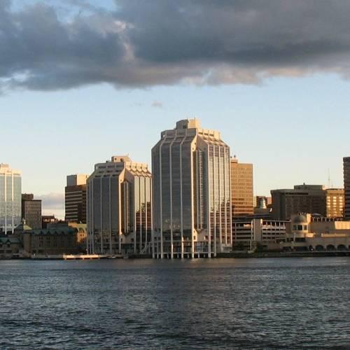 Halifax mira hacia el atlántico, es una ciudad marítima