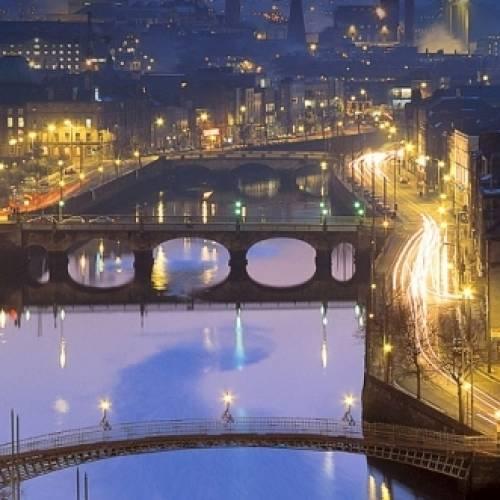 Panorámica del anochecer sobre el río Liffey en Dublín