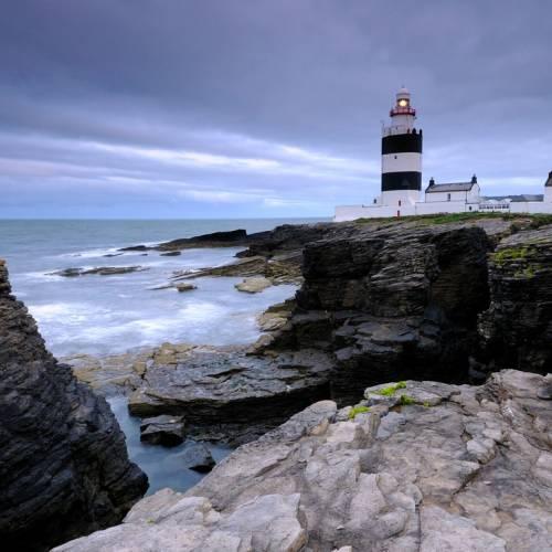 Faro y acantilados en Irlanda