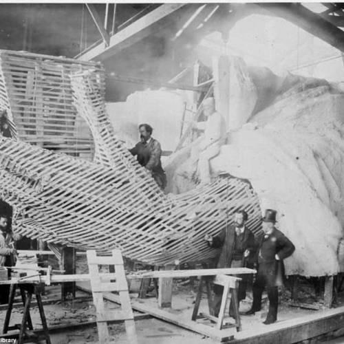 Detalle de la construcción del brazo de la estatua