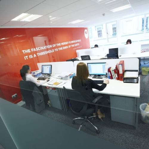 Sala de ordenadores con Internet