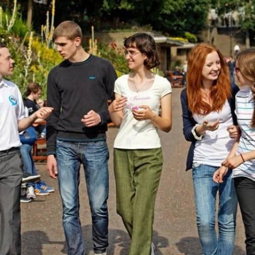 Estudiantes en Princess Gardens Edimburgo