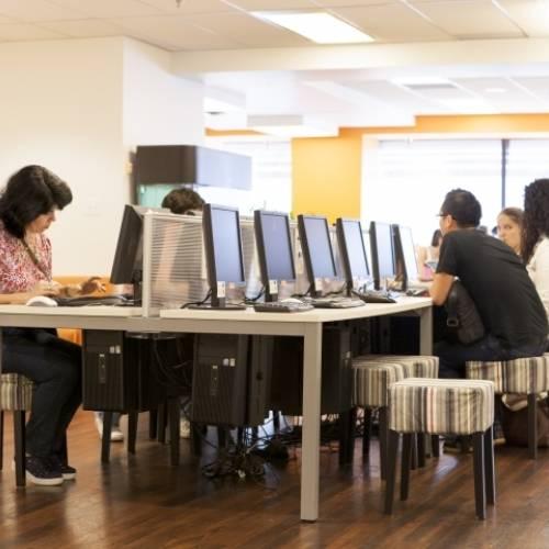 Sala de computadoras con Internet