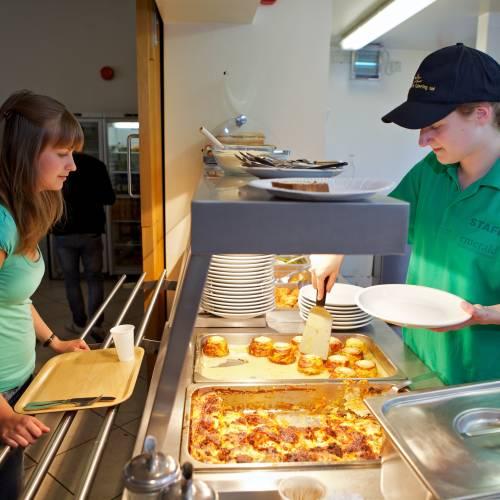 La cafetería sirve comidas a precios económicos