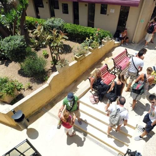 La escuela está en una típica construcción maltesa