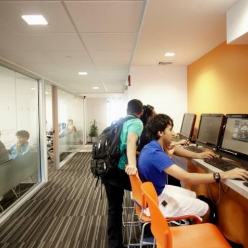 Sala con 30 ordenadores e Internet