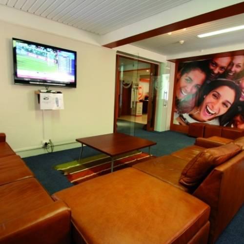 Lounge con TV en EC Ciudad del Cabo